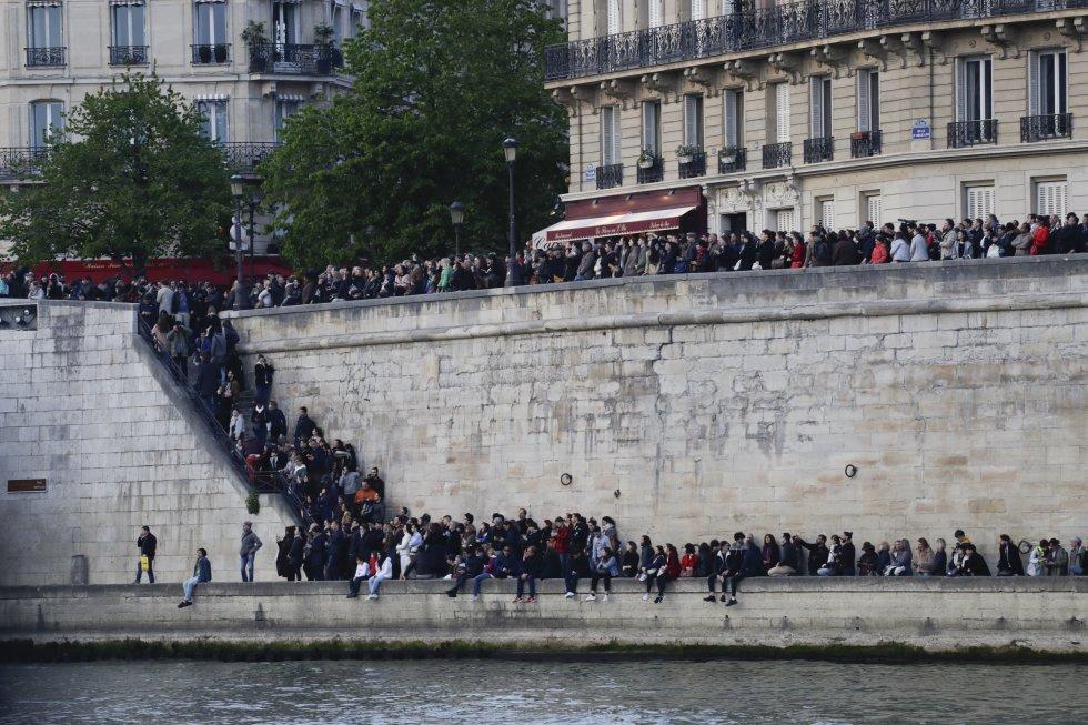 Una multitud de espectadores seguía intentando acercarse, dificultando el tráfico mientras se arremolinaban en los puentes de piedra que conducen a la isla.