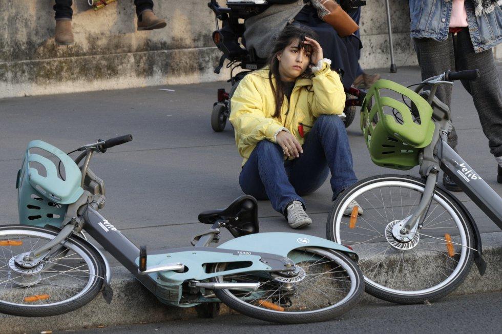 """""""Es increíble, nuestra historia se está haciendo humo"""", dijo Benoit, de 42 años, que llegó al lugar en bicicleta para asistir a la tragedia, resumiendo el sentimiento general de conmoción."""