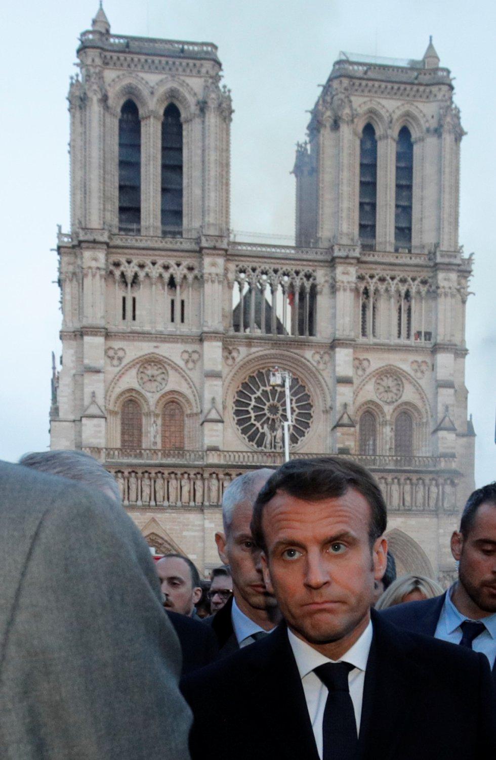 Emmanuel Macron, presidente francés, llegaba cerca a las puertas de la catedral mientras las llamas y el humo salían por el techo de Notre Dame.