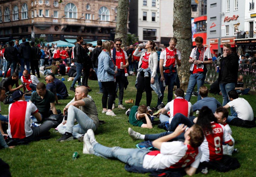 Los hinchas del Ajax previo a la entrada al estadio