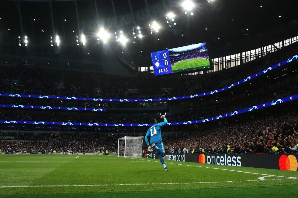 La celebración del portero Onana en el único gol del partido