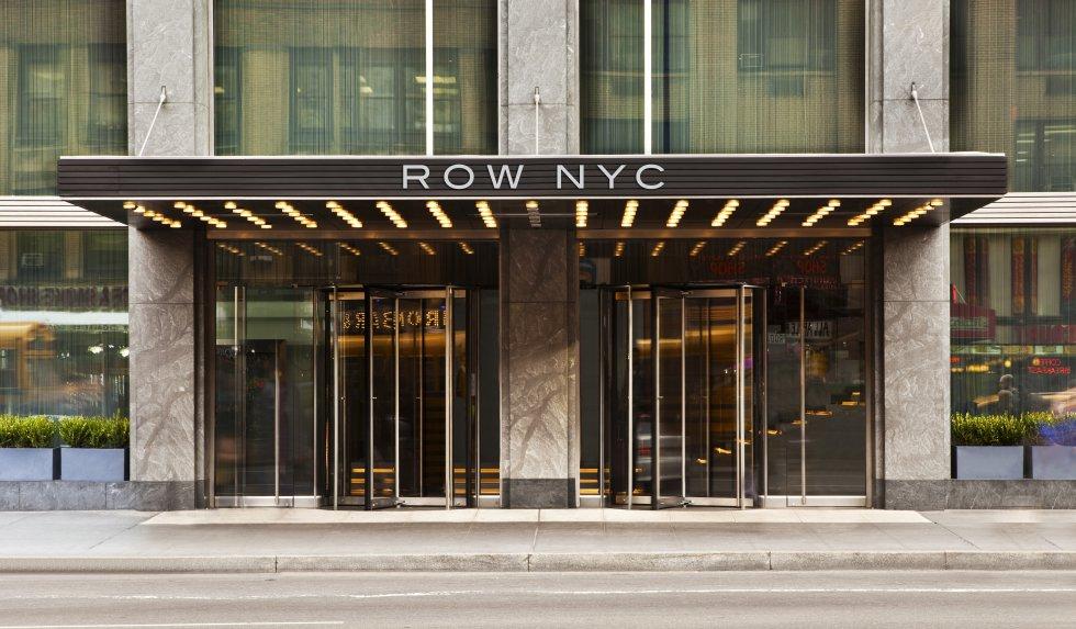 Un ambiente joven,  con buenos precios y en medio de todo!Row NYC está situado en el corazón de New York, allí su estadía se convertirá en una experiencia completamente contemporánea. Con restaurantes, bar y más de mil habitaciones el Row NYC siempre es una buena opción para el viajero joven o familias buscando comodidad a precios razonables. El hotel ofrece paquetes con cada estación en mente y una de las obras de teatro más reconocidas del mundo, El Fantasma de la Opera, se encuentra a solo pasos de la propiedad. Este año New York se convertirá en la ciudad para celebrar el orgullo gay mundial, Row como hotel oficial de las festividades brindará tarifas especiales, eventos de entretenimiento como el bingo Drag Qeen  y más sorpresas. Precio promedio por noche, alrededor de $619.845 pesos colombianos.