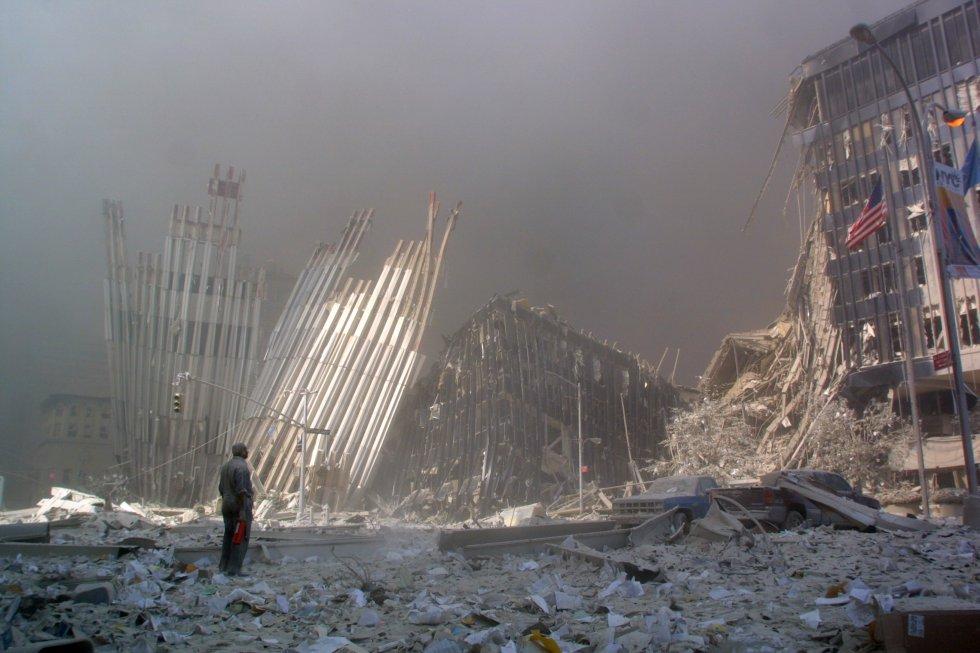 Un hombre se para entre los escombros y grita preguntando si alguien necesita ayuda, después del colapso de la primera Torre del World Trade Center en Nueva York.