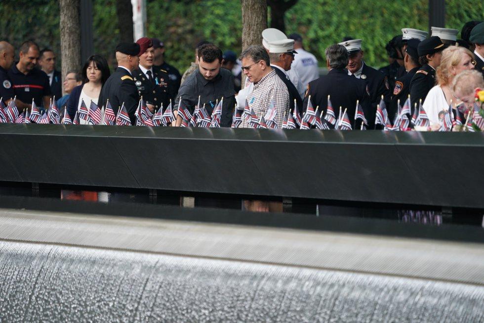 Como homenaje a las víctimas, cientos de personas se han acercado a dejar flores y mostrar sus condolencias en los homenajes que se adelantan en New York.