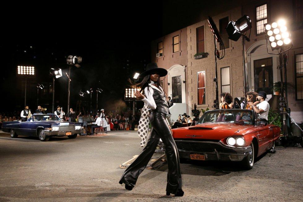 Desfile de los diseños de Tommy Hilfiger llevada a cabo en el teatro Apollo, colección otoño TommyNow.