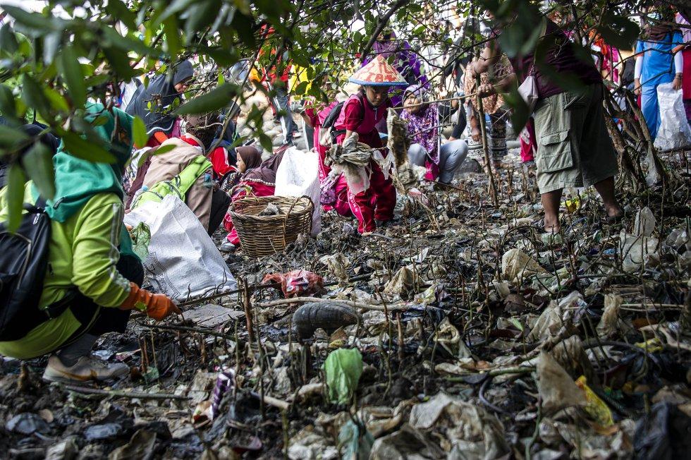 Indonesia. Niños recogiendo basura de la playa en Surabaya durante el 'día de limpieza'.