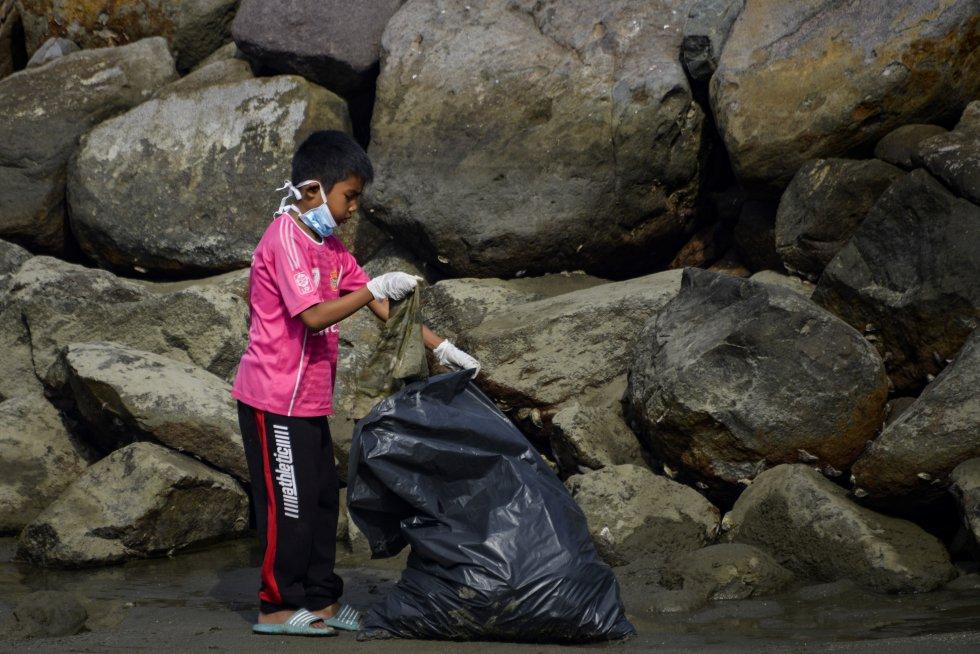 Indonesia. Un voluntario recogiendo basura en Banda Aceh.