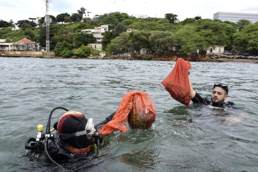 Senegal. Buceadores retiran basura del mar.