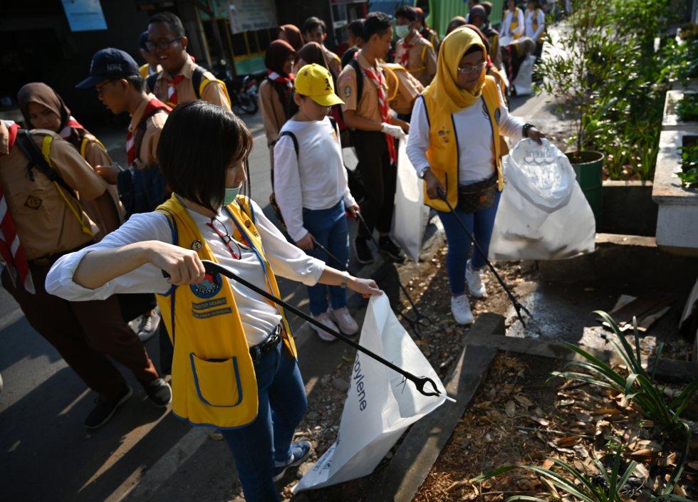 indonesia. Voluntarios limpian en Jakarta.
