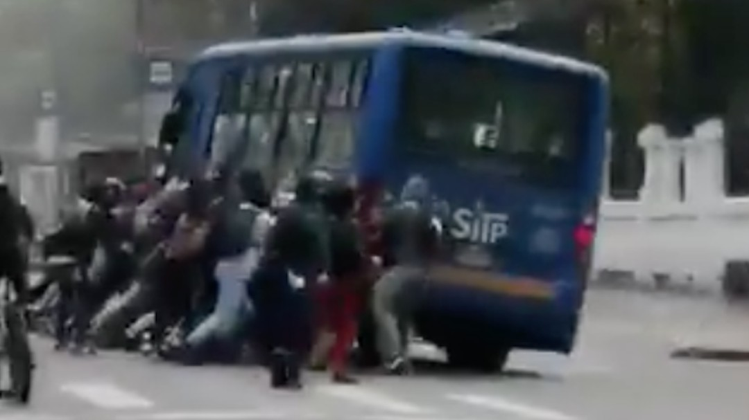 Intentaron tumbar bus del SITP