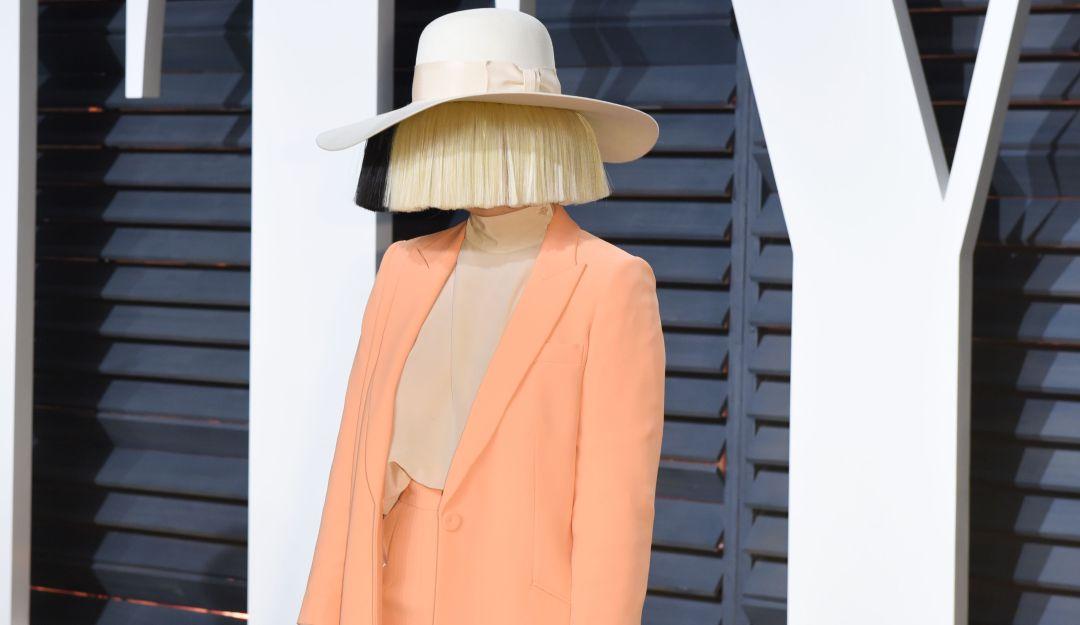 .¿Qué tiene? La cantante australiana Sia padece extraño síndrome.
