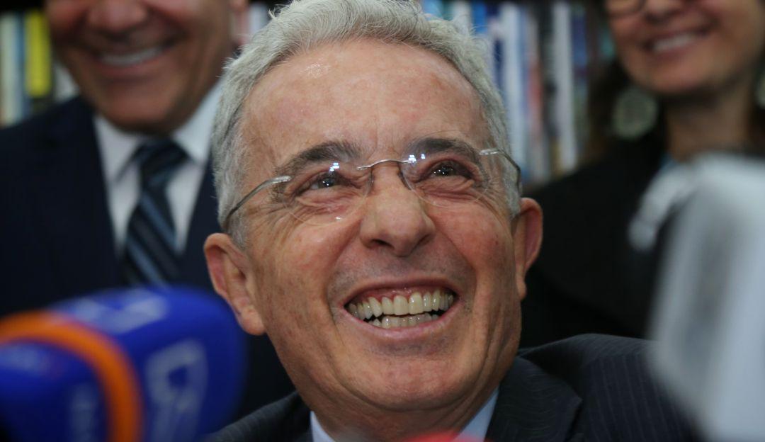 Alvaro Uribe Vélez sin Twitter: ¡Sin Twitter pero con Facebook ...