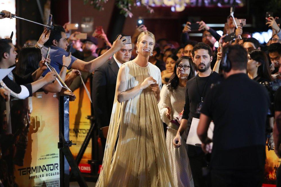 La actriz Mackenzie Davis lució un elegante vestido en la gala