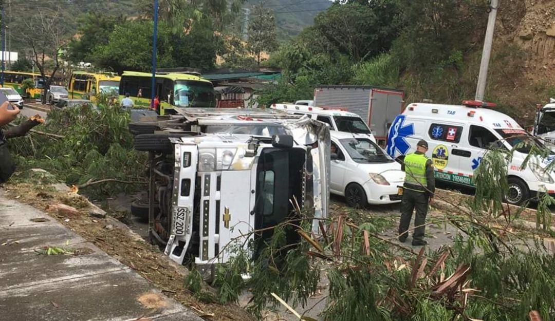 Caída de una rama provoca accidente de tránsito - Caracol Radio