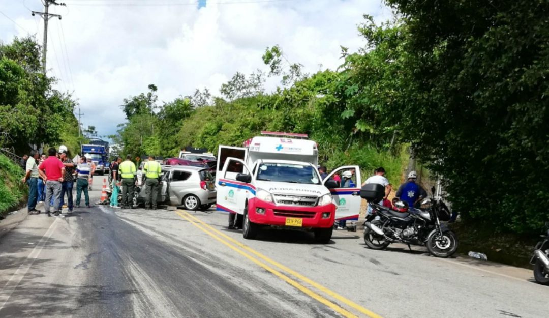 Colisión de dos Vehículos en vía Cisneros - Puerto Berrío - Caracol Radio