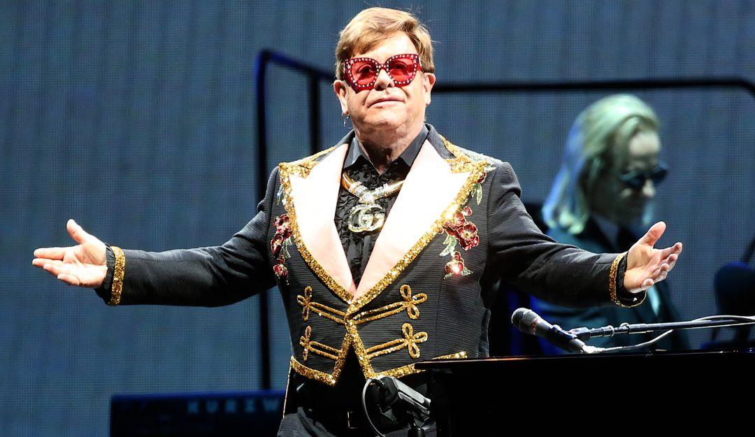 .Elton John detiene concierto para defender a una fan de ser maltratada.