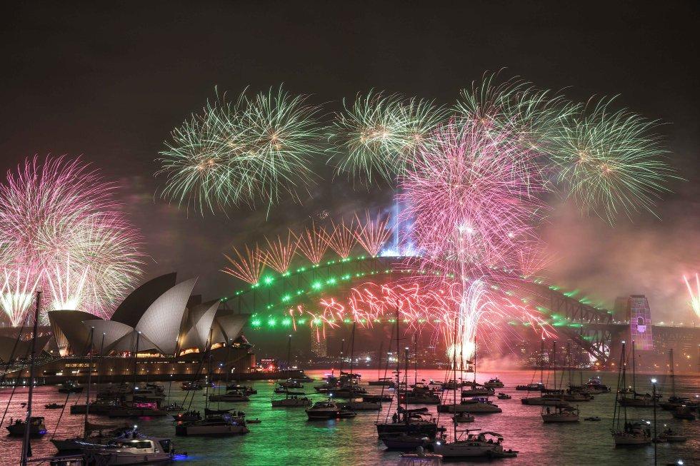 En Sydney, Autralia, uno de los pirmeos lugares que le da la bienvenida al nuevo año, como es tradicional, realizó un show de juegos pirotecnicos, pese a que varias personas se opusieron por los incendios que han azotado a este país.