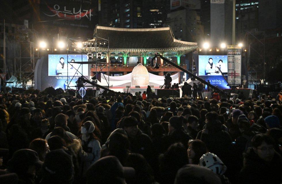 Luego del evento de la cuenta regresiva en el centro de Seúl, Corea del Sur, los asiaticos celebran el comienzo del 2020.