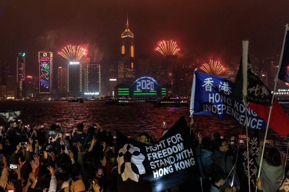 En Hong Kong, China, las personas que luchan por una democracia se reunieron y al son de protesta vieron la llegada del 2020.