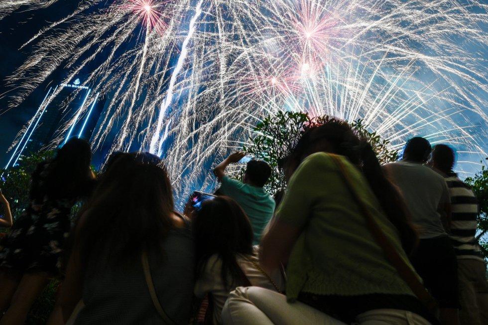 Con fuegos artificiales en Kuala Lumpur, Malasia, decidieron celebrar.