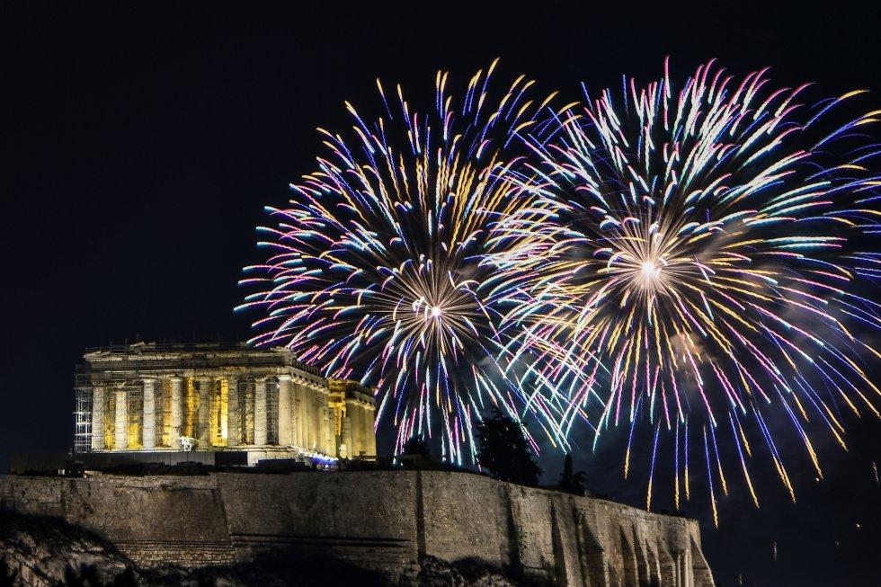 El templo griego de Partenón se despidió del 2019 con pirotecnia.