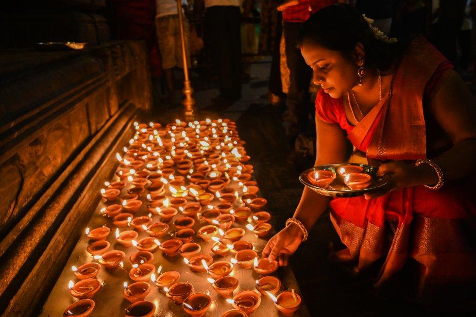 En un templo hindú en Sri Lanka recibieron el año nuevo mientras iluminaban el primer día del año con velas.
