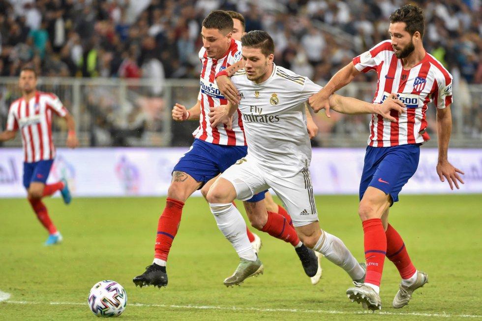 Luka Jović disputando un balón con José Giménez (izq.) y Felipe (der.).