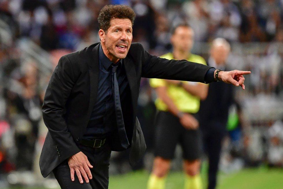 El técnico Diego Simeone dando indicaciones a sus jugadores.