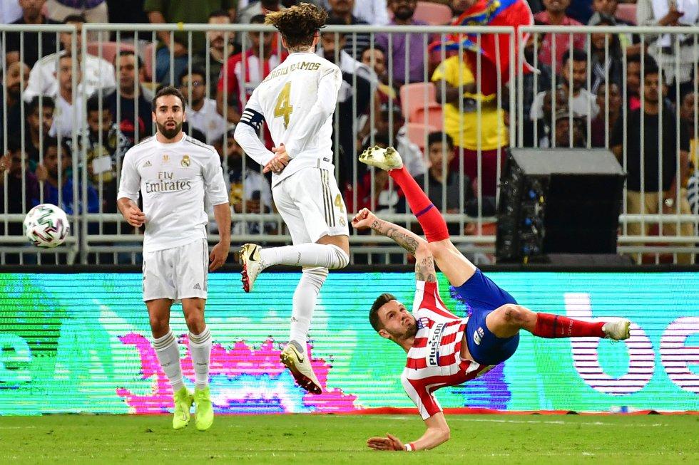 Saúl Ñiguez intentando una chilena ante la mirada de Dani Carvajal.