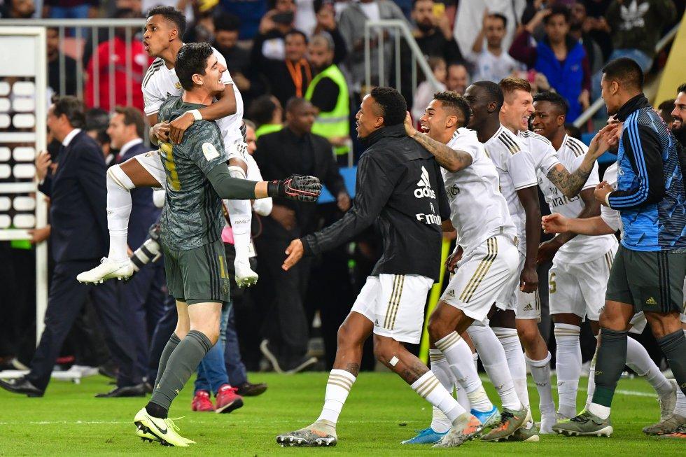 Los jugadores del Real Madrid festejando tras la consecución del título.