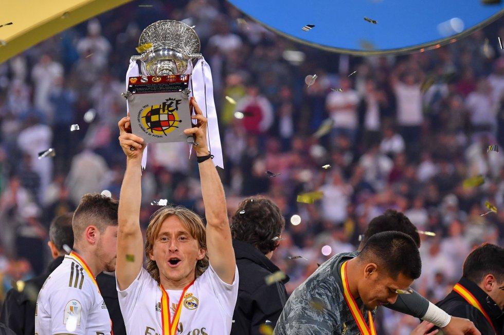 El croata Luka Modrić alzando el trofeo de la Supercopa de España.