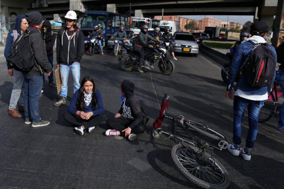 Manifestantes bloquean el paso vehicular