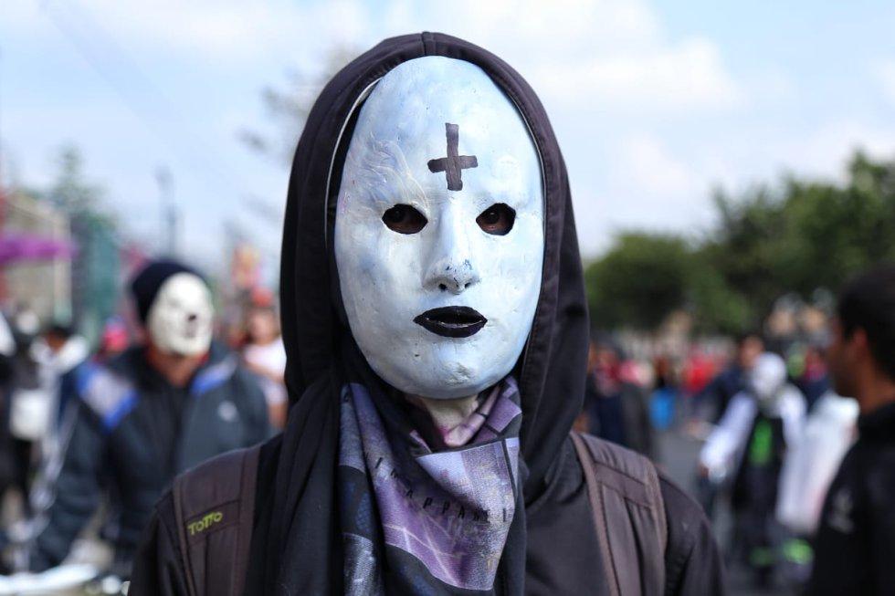 Con mascaras y fuertes mensajes manifestantes muestran su inconformidad con el Gobierno