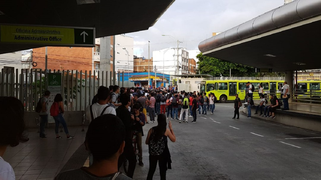 VIDEO: Estudiantes UIS se toman estación de Metrolínea