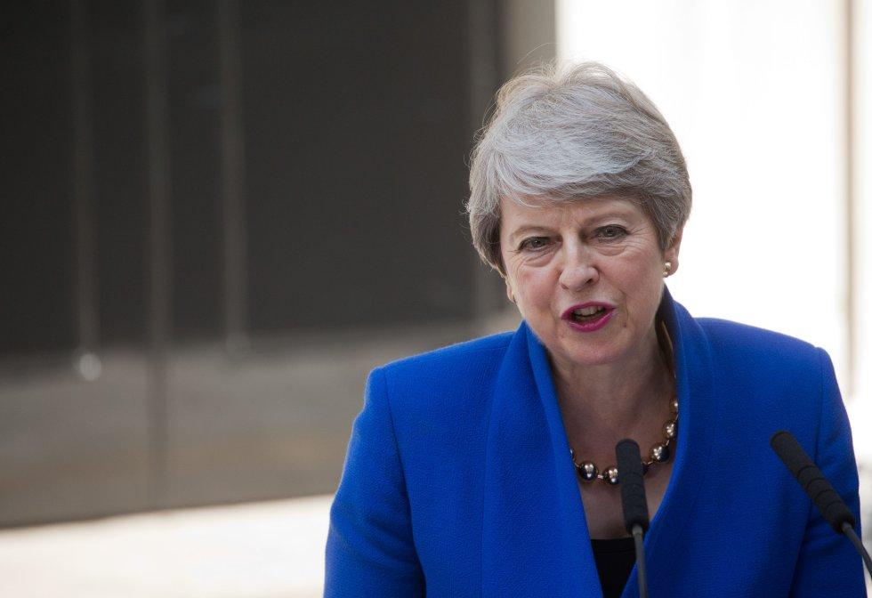 Theresa May (Conservador):May tomó el control del Gobierno británico luego de la salida de Cameron y activó el artículo 50 del tratado de la Unión Europea, con lo que inició las negociaciones para la salida de Reino Unido. Pero May renunció a su cargo a mediados de 2019, luego de que no lograra que un acuerdo que negoció con la Euro cámara, fuera aprobado en el Parlamento británico.