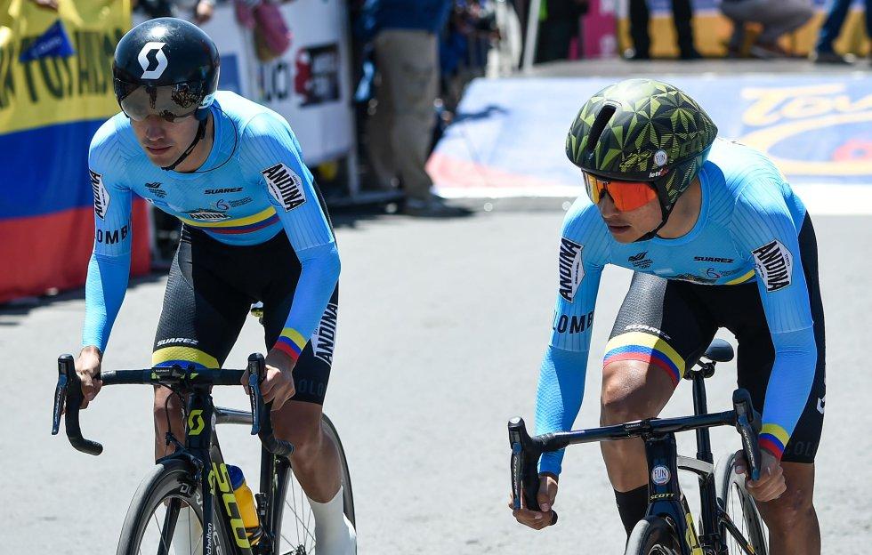 Dos de los ciclistas del equipo de la Selección Colombia en el tramo final de la etapa.