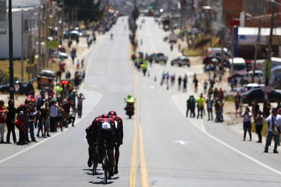 Panorámica del Team INEOS recorriendo las carreteras de Tunja, Boyacá.