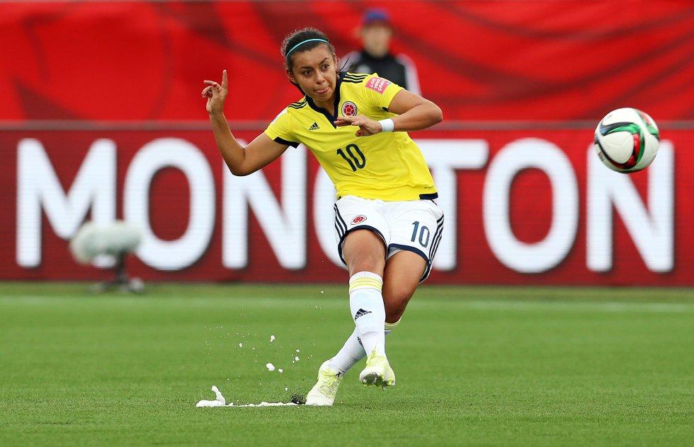 Fútbol - En el 2012 se convirtió en la primera futbolista profesional de Colombia tras ser fichada por el club XV de Piracicaba de Brasil
