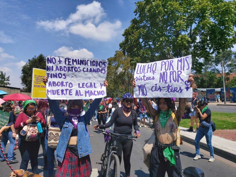 Con letreros, las mujeres piden que se acaban los feminicidios