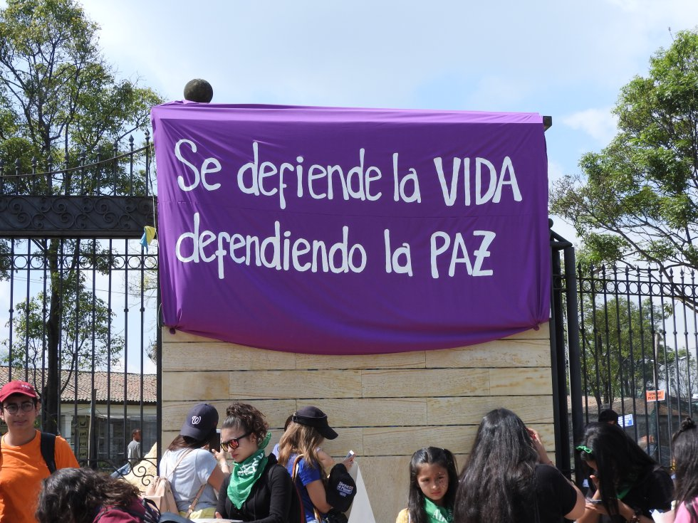 """""""Se defiende la vida dependiendo de la paz"""". El mensaje en la puerta del Centro de Memoria y reconciliación de Bogotá."""