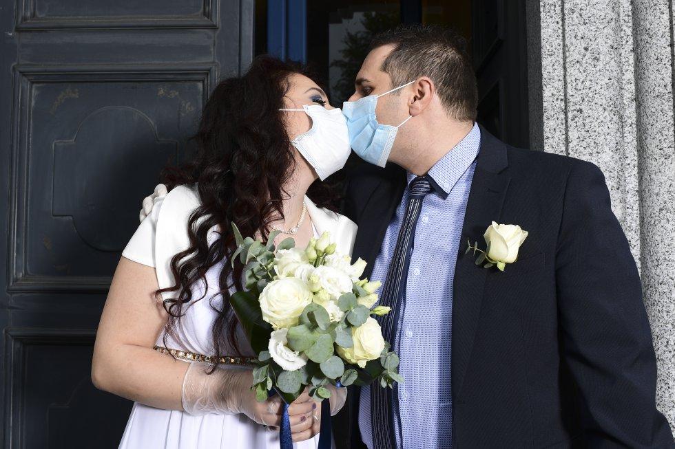 Los recién casados italianos Ester Concilio (izq.) y Rafaele Carbonelli se besan después de su ceremonia de boda en el ayuntamiento de Briosco, a unos 45 km (28 millas) al norte de Milán.