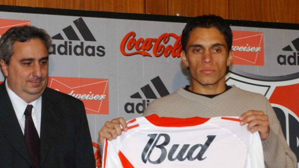 Grandes actuaciones con el América de Cali le valieron para que el 'Millonario' pusiera los ojos en él. No obstante, con su llegada en el 2003, el lateral nunca terminó de consolidarse, y al año partió a San Lorenzo dejando el título del Torneo Clausura 2004.