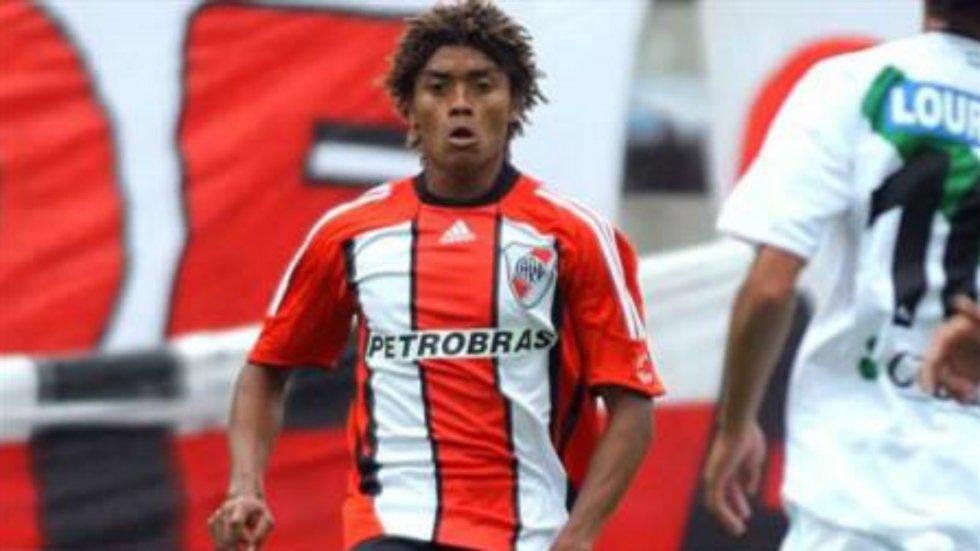 Debutó como profesional en 2007 con la camiseta de River Plate, pero tras disputar solo dos partidos, se fue al fútbol francés.
