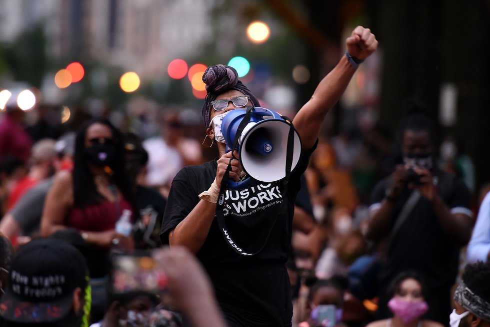"""Con el lema """"Black Lives Matter"""" las personas protestan contra el racismo"""