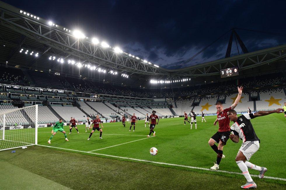 Con un hombre menos, Milan se agrupó en su campo para defender el cero en el arco y jugar principalmente al contraataque.