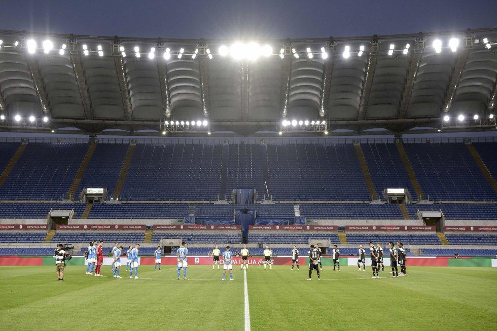 El habitual minuto de silencio en la previa de los partidos por las víctimas de la COVID-19 en Italia. Esta acción se repetirá en los partidos venideros de la Serie A.