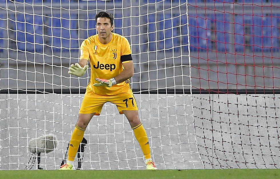 A sus 42 años, Gianluigi Buffon fue una de las figuras del partido, ya que evitó en varias ocasiones el gol por parte del Napoli.