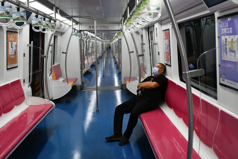 Un hombre usando un tapabocas mientas va en el metro, en Beijing. En China, miles de personas están siendo testeadas por COVID-19.