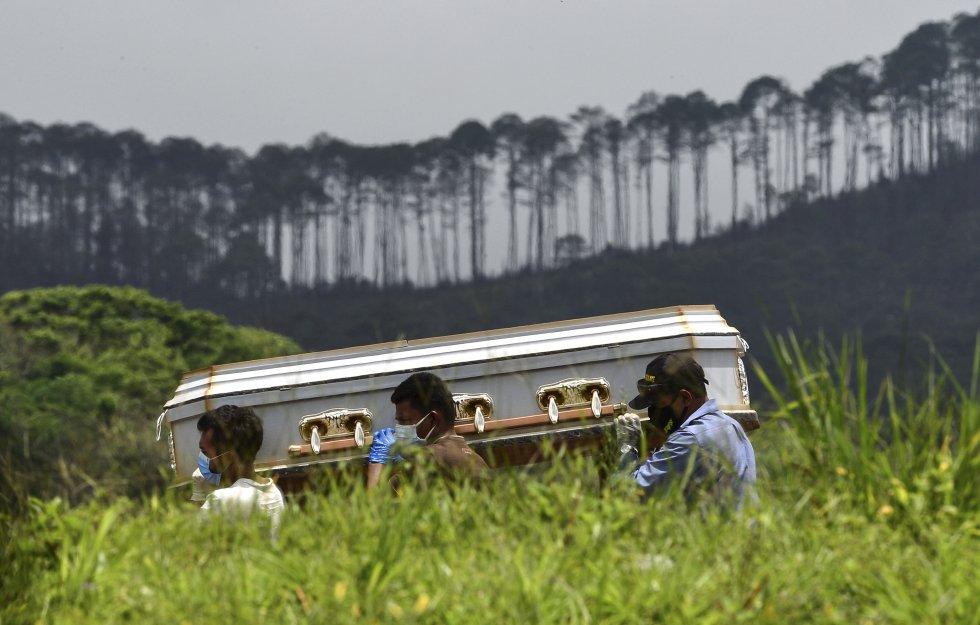 La travesía de una familia en Honduras que lleva el cadaver de su familiar, muerto por COVID-19.