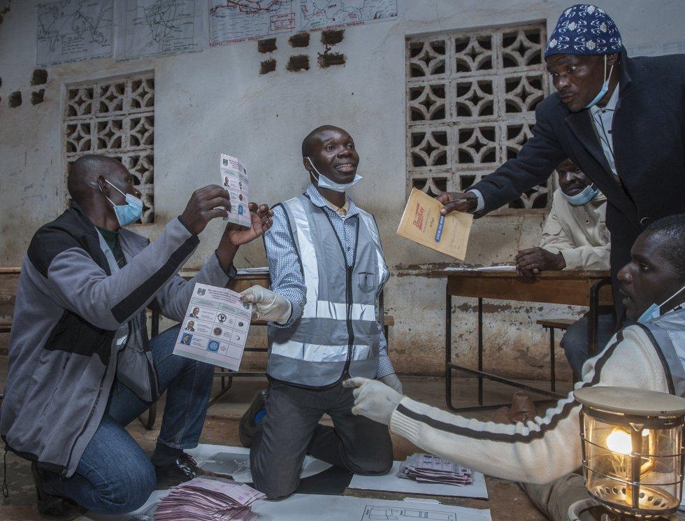 Un equipo electoral cuenta votos durante elección presidencial en Malaui.